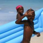 Kinder am Strand.
