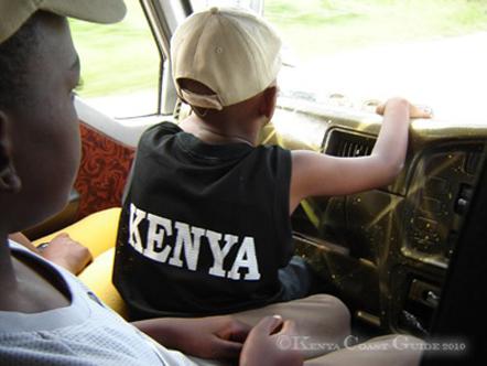 Kleiner Junge im Cockpit eines Matatu