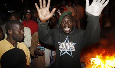 Kenianer am Ort des Anschlags